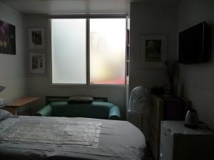 誕生死などトラブルに遭った家族が休む部屋の壁には額縁と並んでTVも