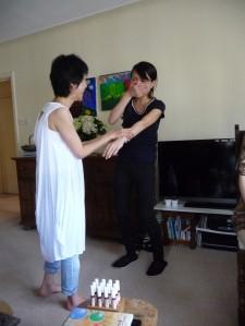 手前に立っている白い服が長澤紀子さん。受講された方にキネシオロジーを試したところ、あまりの効果にご本人が(お腹の赤ちゃんと一緒に)驚かれた素敵な瞬間です。
