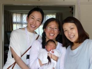 日本で助産師をされていたYさん(右端)のお産に付き添った三浦━マイナリさん(真ん中)。 Yさん宅を訪問させて頂いた折、'自分が助産師だからこそ、ドゥーラを雇うことの素晴らしさが よく実感できました!'と産後2週間なのにとても元気そうな様子で迎えて下さいました。