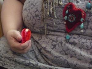 この写真が、赤とピンク、2色のフェルトで縫ったハンドメイド'命の道'です。
