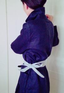 仕事に行く前に娘が撮ってくれた割ぽう着姿の私です。どこで買えるの?と 麻好きヨーロピアンによく聞かれる100%麻製。KAPPOというお店です~。 http://web.ogiwara.co.jp/shop/e/ekappo/